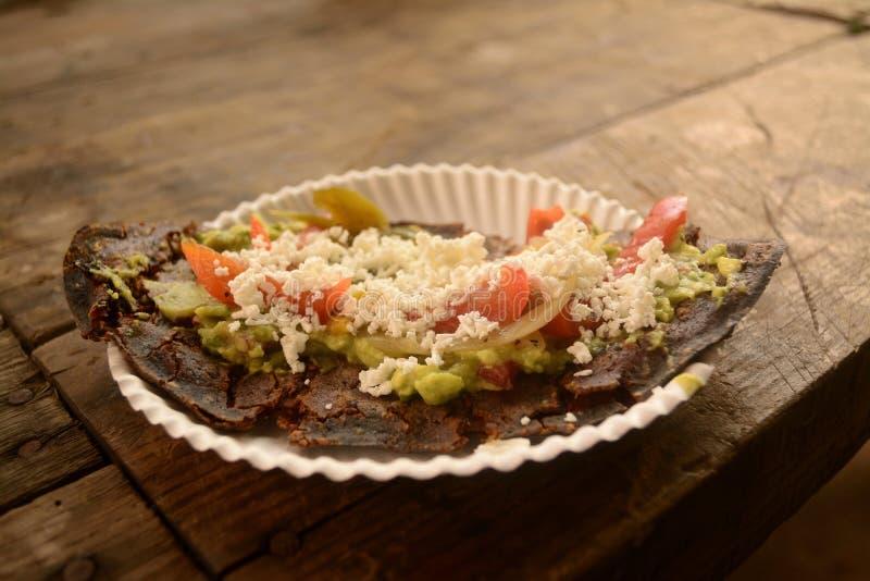 Tlacoyos mexicains, un plat fait avec du maïs bleu et rempli de haricots frits ou de fèves, semblables au gordita mexicain, avec  photos libres de droits