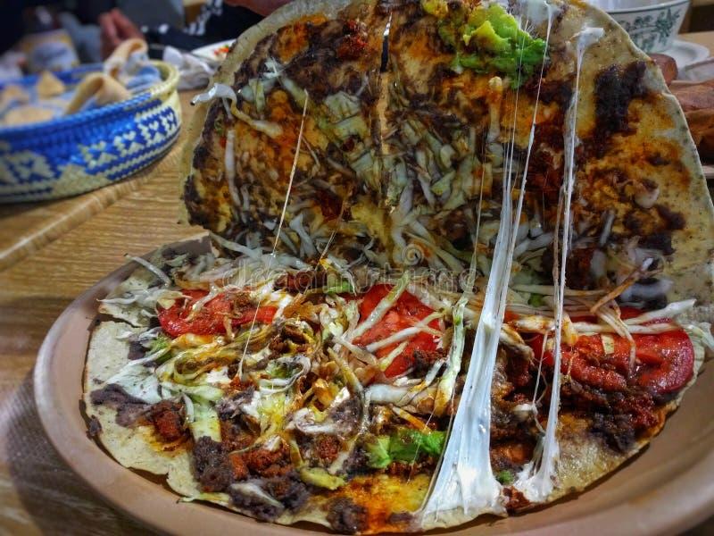 Tlayuda Un aliment mexicain régional d'Oaxaca, Mexique image libre de droits