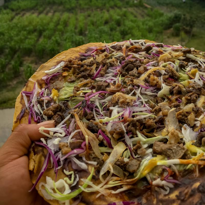 Tlayuda Una comida mexicana regional imágenes de archivo libres de regalías