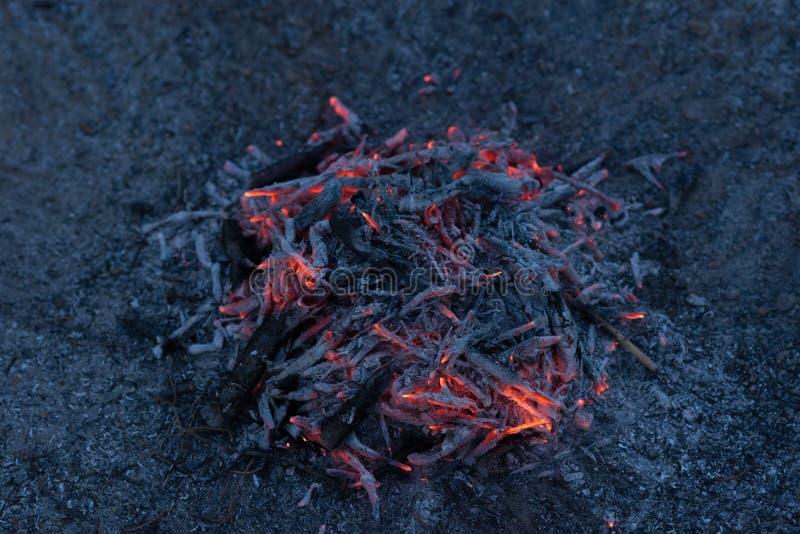 Tli się popióły ognisko obrazy royalty free