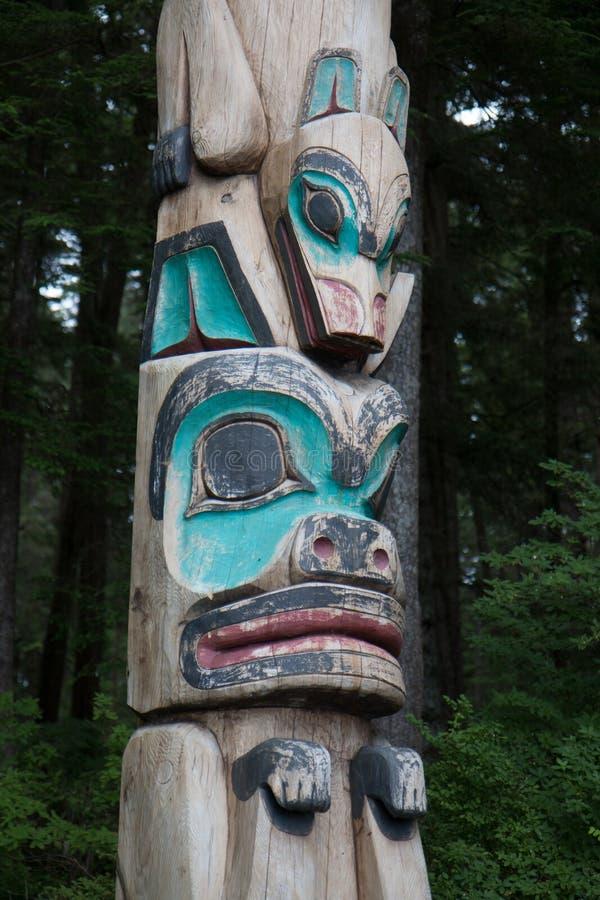 Tlingit Alaskan wood Carving with animais fotos de stock royalty free