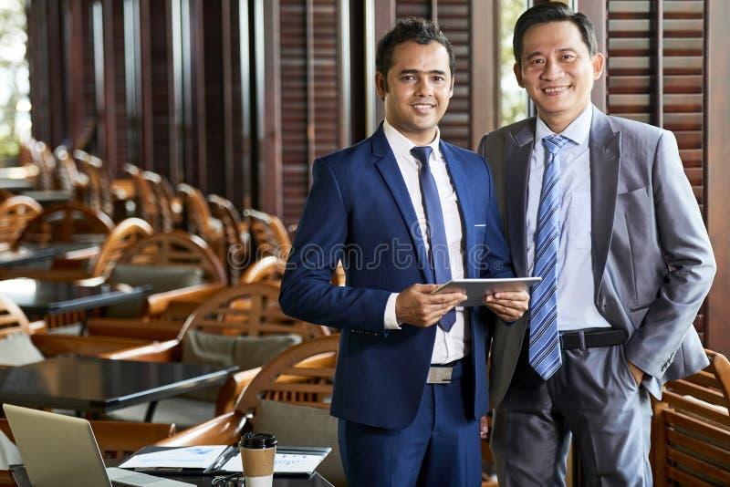 Tmo męscy lidery w kawiarni zdjęcia stock