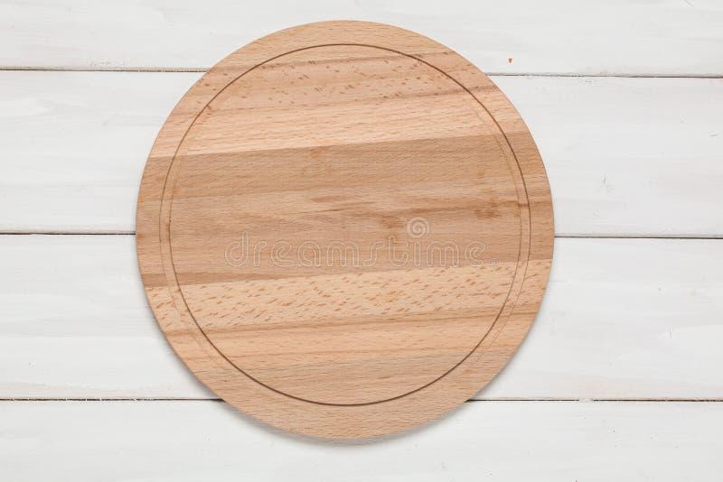 Tnąca deska na drewnianym bielu zdjęcie royalty free