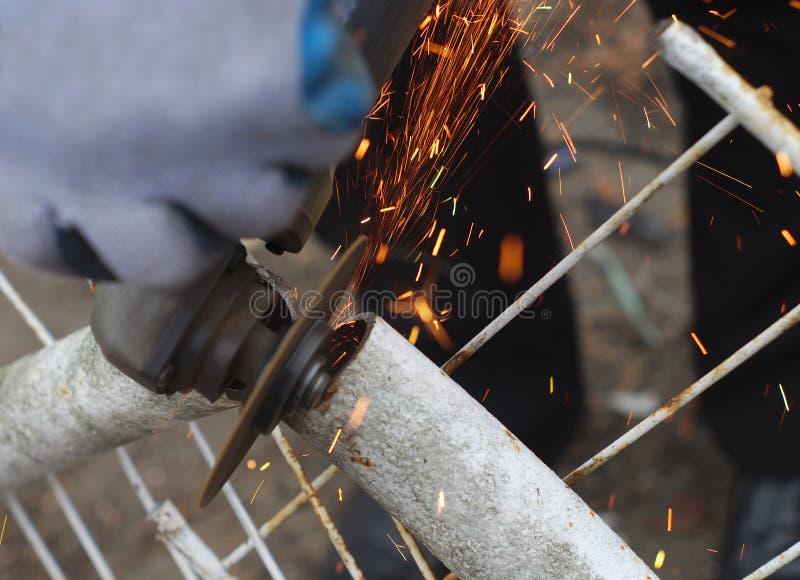 Tnąca metal drymba z ostrzarzem kółkowym zobaczył elektryczne narzędziowe iskry zdjęcia stock