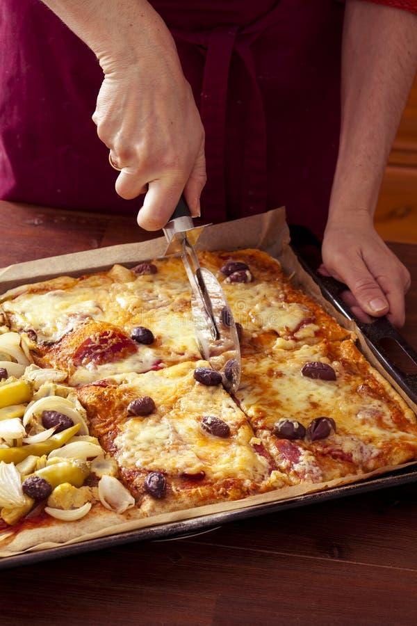 tnąca pizza zdjęcie stock
