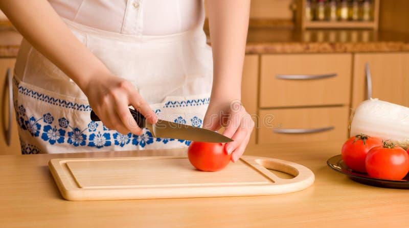 tnąca ręk s pomidoru kobieta obrazy royalty free