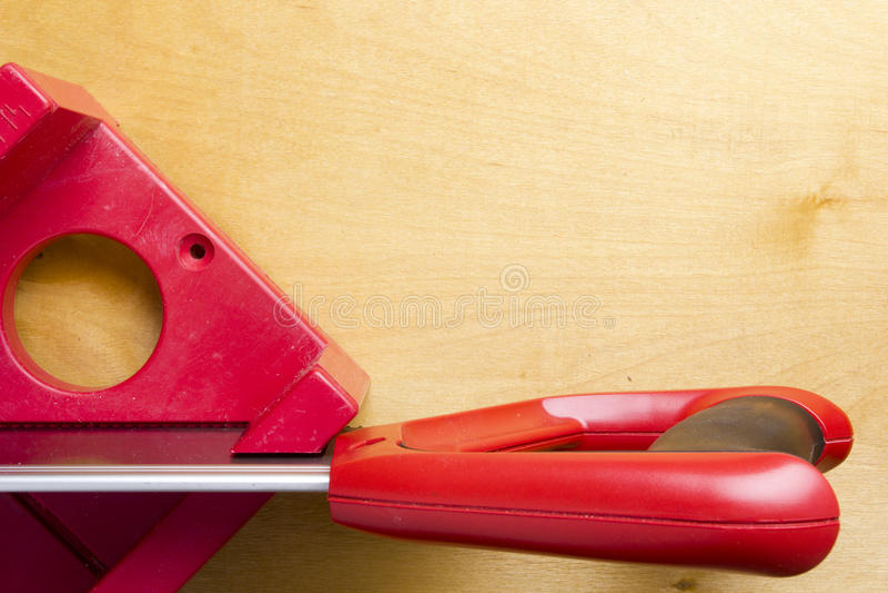 Tnące deski używa miter saw i pudełko zdjęcie stock