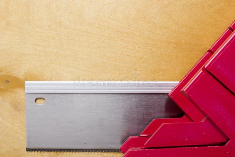 Tnące deski używa miter saw i pudełko zdjęcia stock