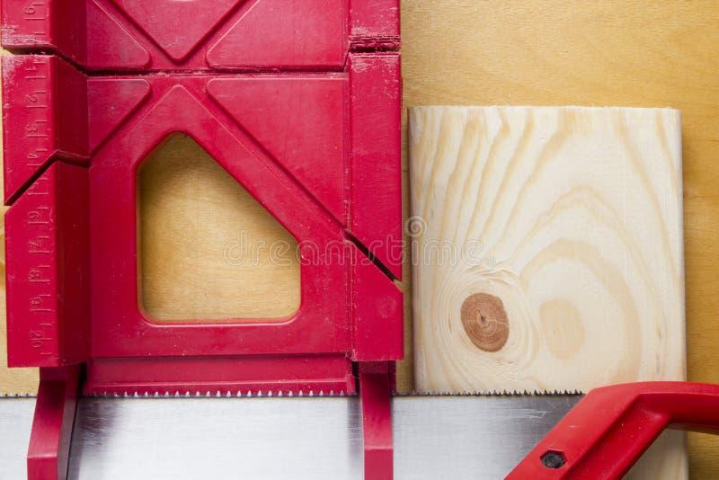Tnące deski używa miter saw i pudełko zdjęcia royalty free