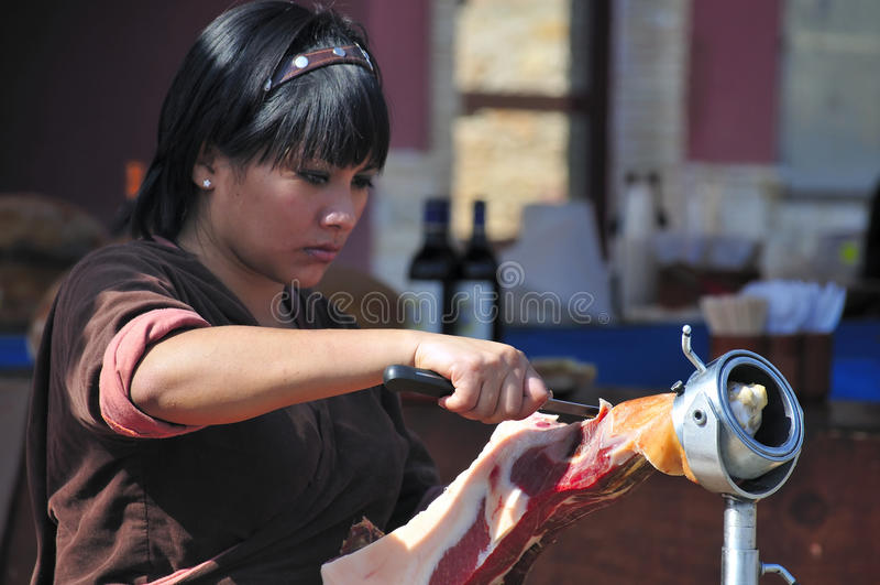 tnącego baleronu ładna kelnerka obrazy royalty free