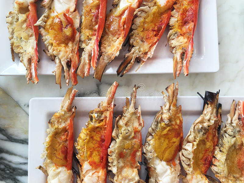 Tnącego przyrodniego krewetkowego oparzenie denny jedzenie na naczyniu zdjęcia royalty free