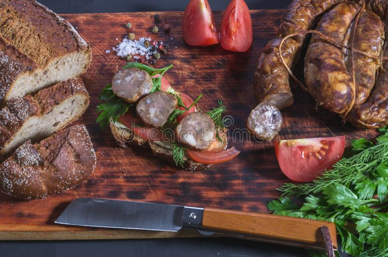 Tnący foods z ostrym nożem dla kanapek obrazy stock