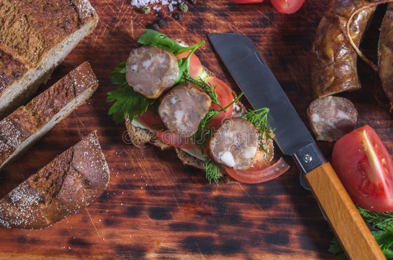 Tnący jedzenie na kuchennej desce Kuchenny nóż z drewnianą rękojeścią obrazy royalty free