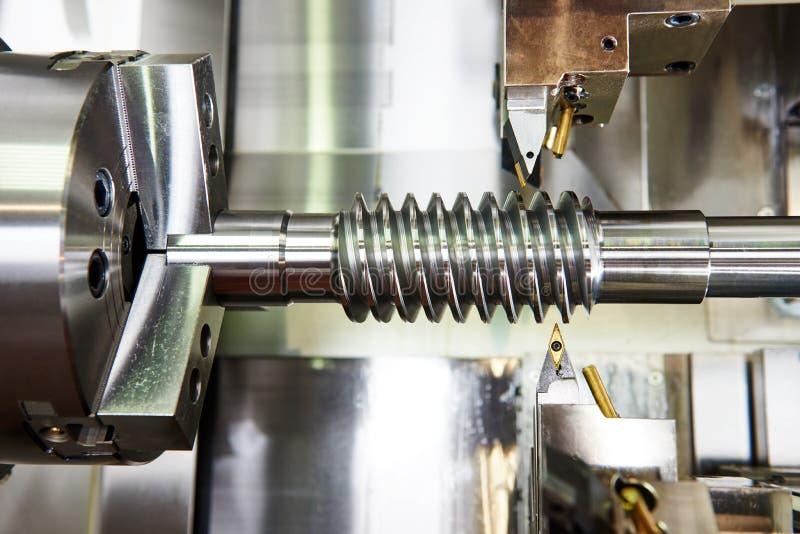 Tnący narzędzie przy metalu działaniem obraz stock