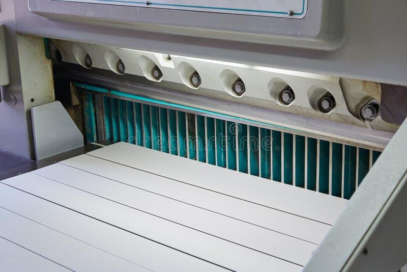 Tnący papierowi gilotyn strzyżenia maszynowi dla drukować obraz royalty free