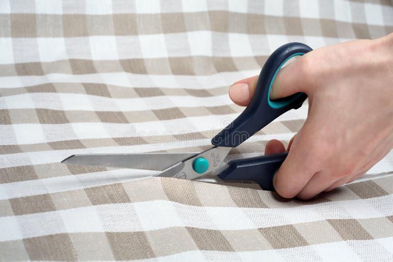 Tnący tkaniny zbliżenie Krawcowa przy pracą Tkanina tnący nożyce krawiectwo obraz stock