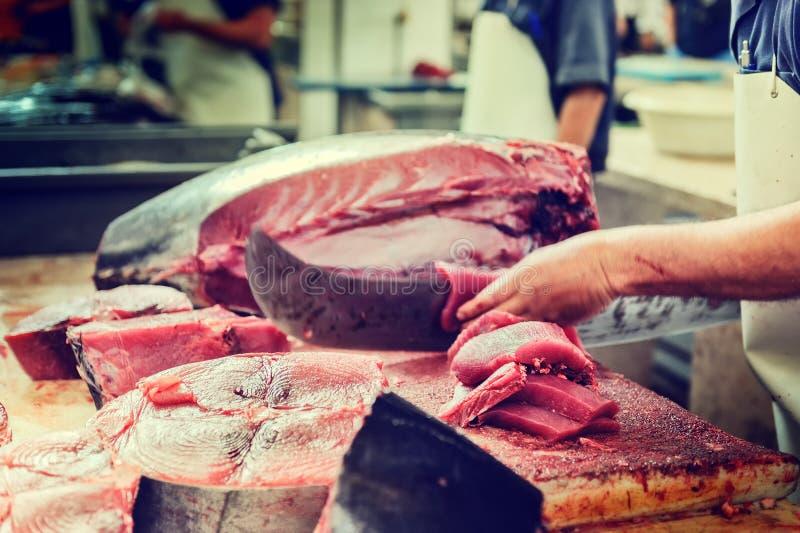 Tnący tuńczyków stki przy rybiego rynku Mercado dos Lavradores, Funch zdjęcie stock