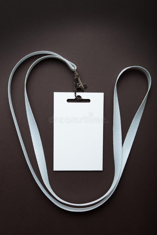 Tożsamościowa bielu id karta z pustą kopii przestrzenią, odosobnioną na brązie Pionowo mockup zdjęcia stock