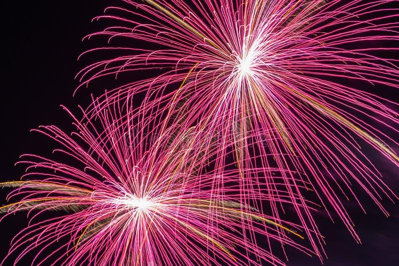 4to de la visualización de los fuegos artificiales de julio foto de archivo