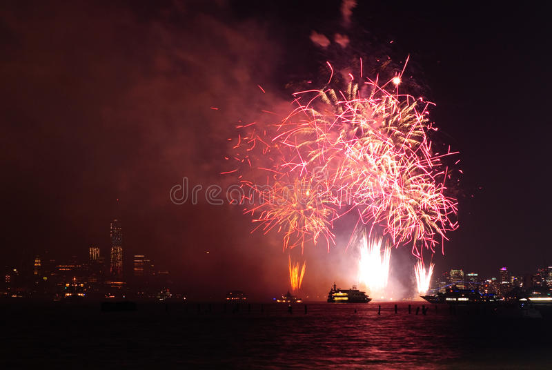 4to de los fuegos artificiales de julio en Nueva York fotos de archivo