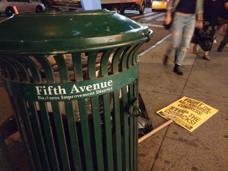 5to distrito de la mejora del negocio de la avenida, muestra política cerca de la basura, NYC, NY, los E.E.U.U. de la protesta imagenes de archivo