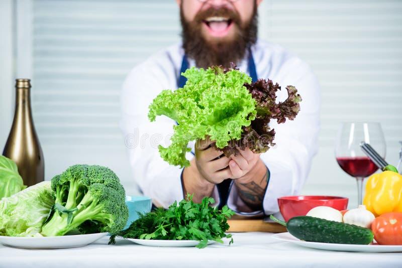 To jest dla ciebie Zdrowy karmowy kucharstwo Brodaty mężczyzny kucharz w kuchni, kulinarnej Szefa kuchni mężczyzna w kapeluszu Ta obraz stock