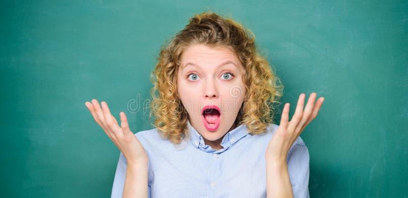 To jest niewiarygodny szokujący uczeń przy blackboard dziewczyna nauczyciel przy szkolną lekcją Wiedza Dzie? blackboard pusty zdjęcie stock