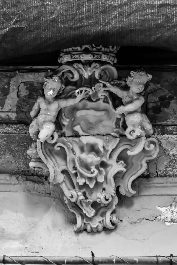 To jest unikalny rzeźba dwa anioła chroni wejście budynek zdjęcia royalty free
