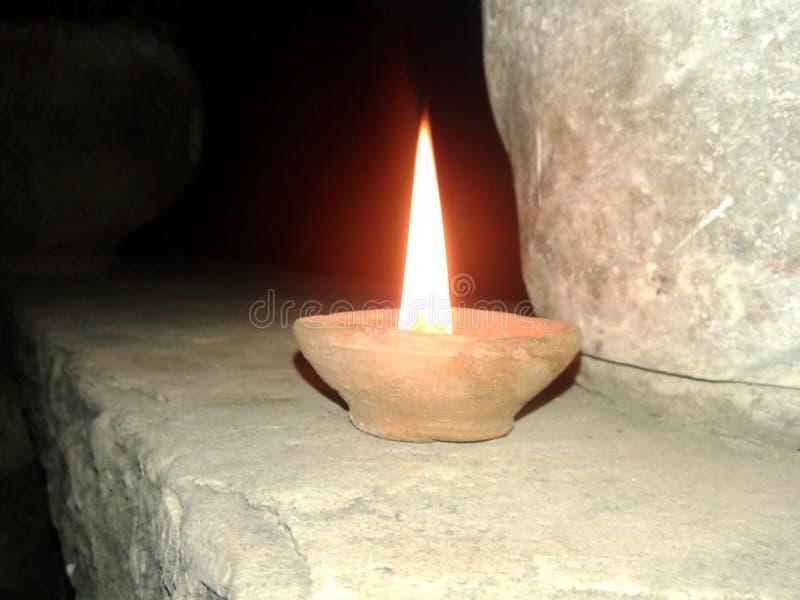 To jest wizerunek lampa która daje żółtemu światłu w nocy obrazy stock