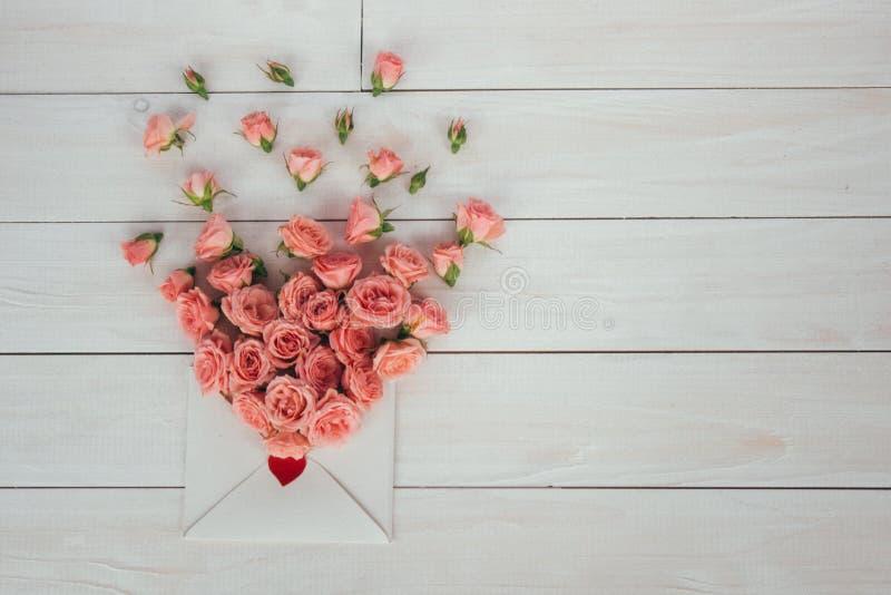 to walentynki dni Kwiaty i list miłosny na drewnianym tle styl retro zdjęcia stock