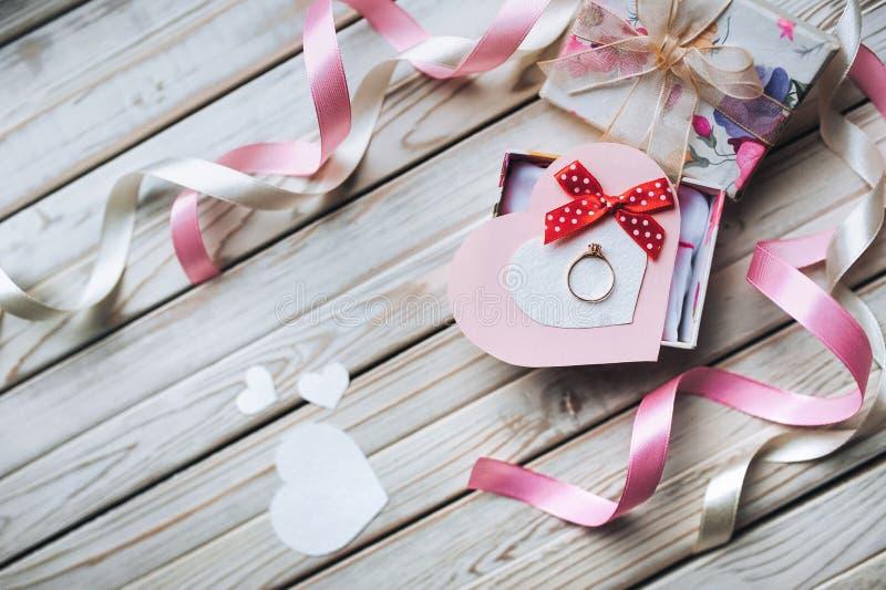 to walentynki dni Małżeństwo propozyci pojęcie Obrączka ślubna na a zdjęcie royalty free
