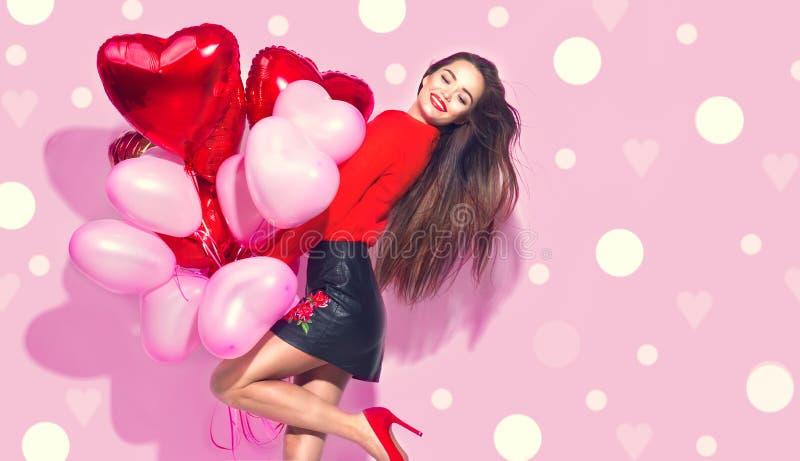 to walentynki dni Piękno dziewczyna z kolorowymi lotniczymi balonami ma zabawę obraz royalty free