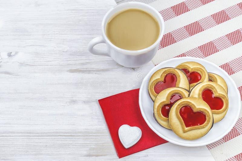 to walentynki dni ranek kawa z ciastami i sercami obrazy royalty free
