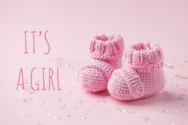 To wiadomość dla dziewczyny Para małych skarpetek na różowym tle z przestrzenią na ciepłą wiadomość, prysznic dla dziecka, pierws fotografia royalty free