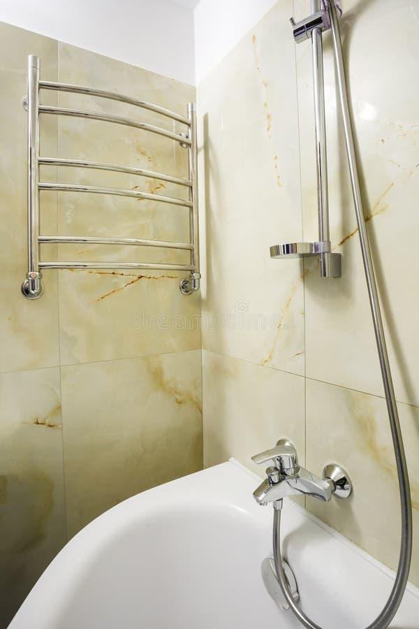 Toaleta i szczegół narożnikowa prysznic kabina z ścienną górą brać prysznić doczepiania ï ¿ ½ ï ¿ ½ łazienkę hotel obrazy royalty free