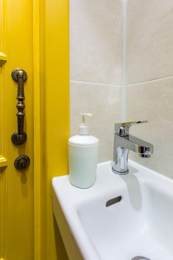 Toaleta i szczegół narożnikowa prysznic kabina z ścienną górą brać prysznić doczepiania ï ¿ ½ ï ¿ ½ łazienkę hotel obraz royalty free