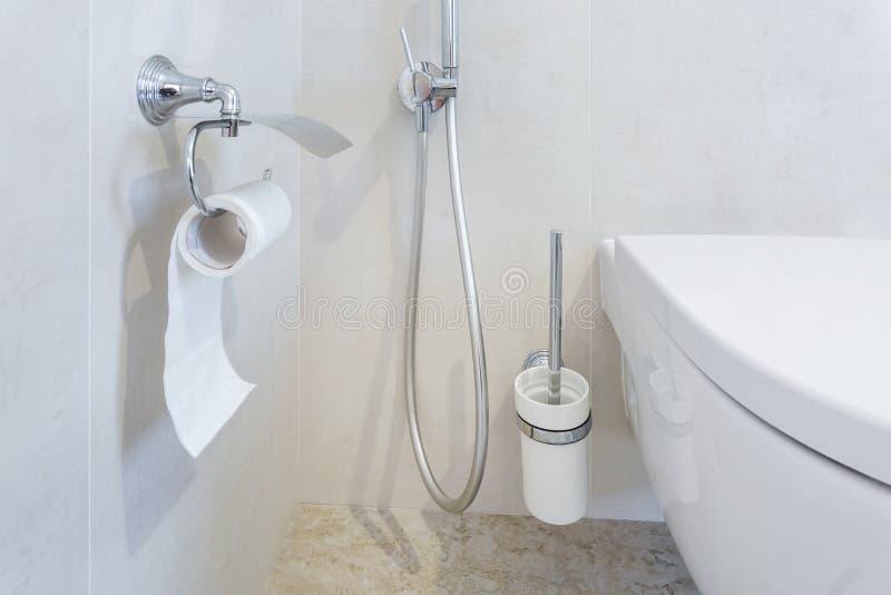 Toaleta i szczegół narożnikowy prysznic bidet z papieru toaletowego właścicielem na ściennej górze brać prysznić doczepianie zdjęcie stock