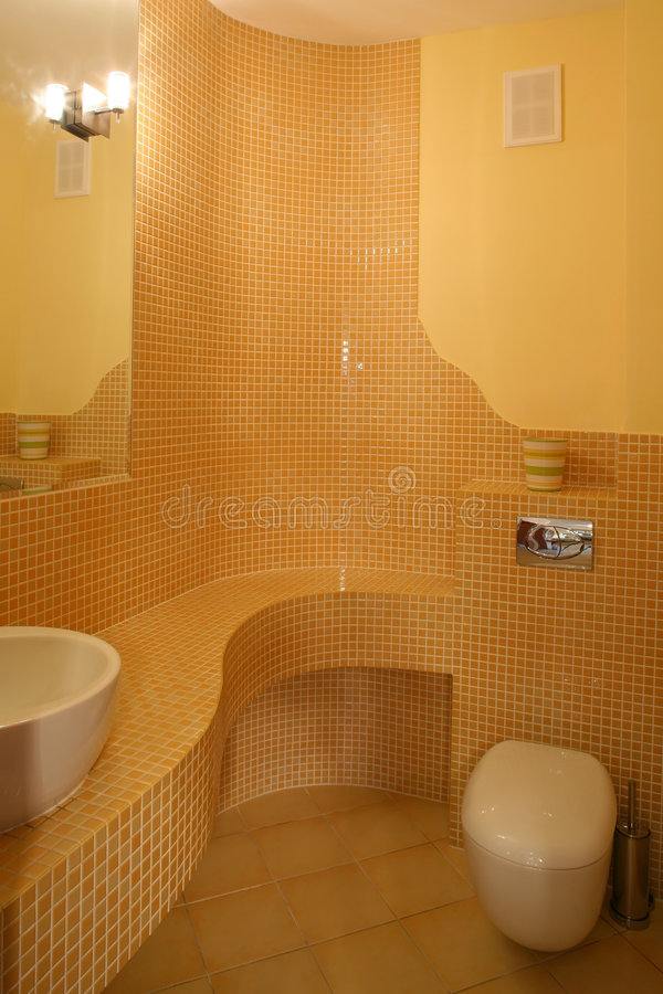 Toalete amarelo fotografia de stock