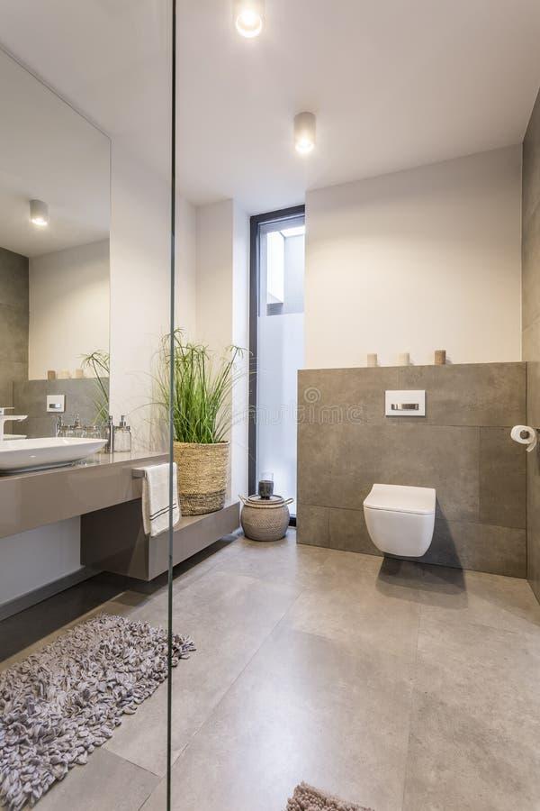 Toalete bege acolhedor com cesta fotos de stock