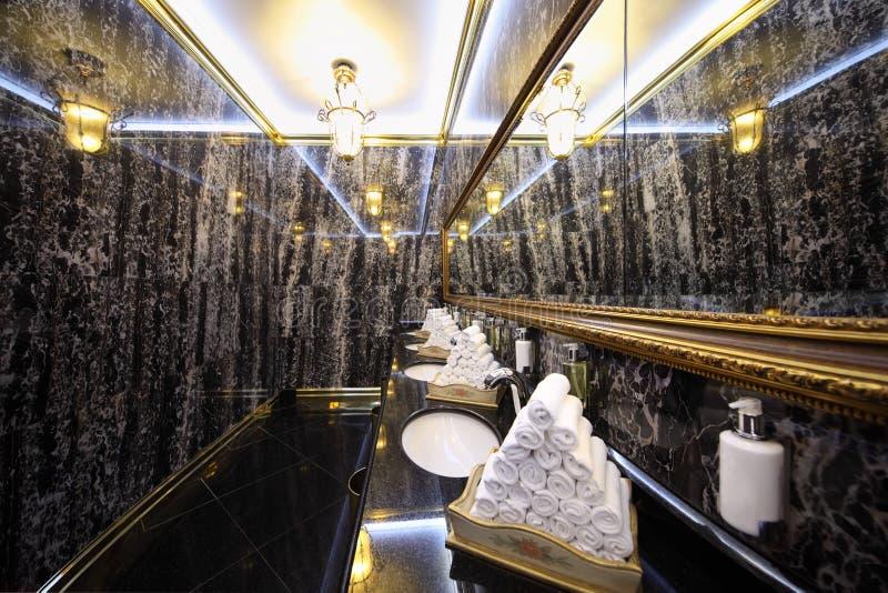 Toalete com as paredes de mármore pretas no hotel Ucrânia fotografia de stock
