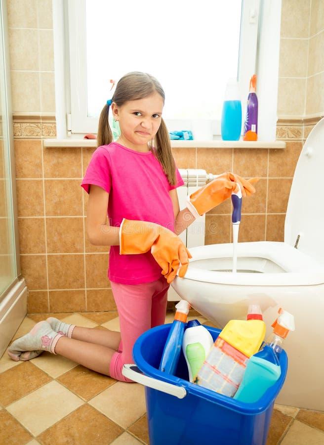 Toalete da limpeza da menina com aversão imagens de stock