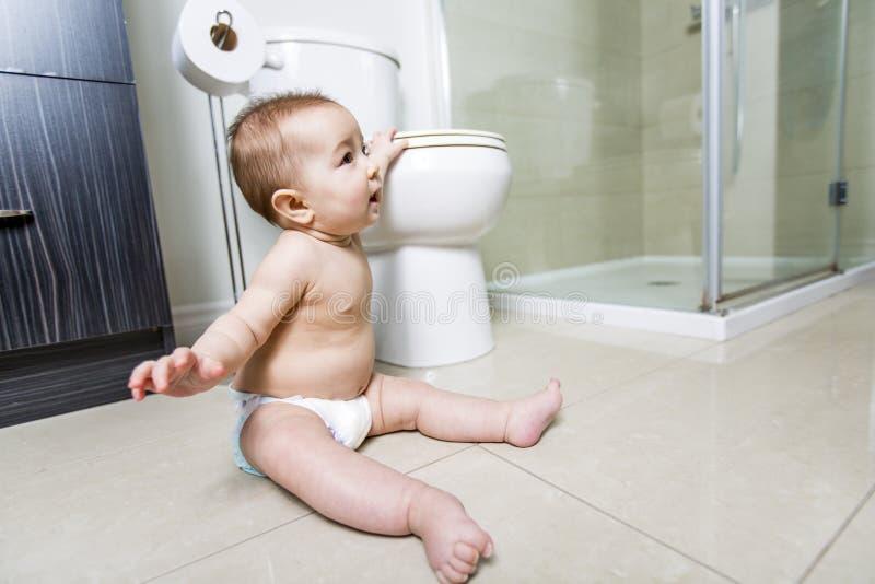 Toalete do bebê da criança no banheiro fotografia de stock