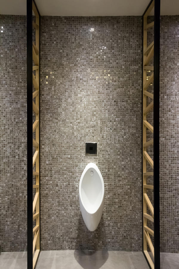 Toalete do público dos homens foto de stock royalty free