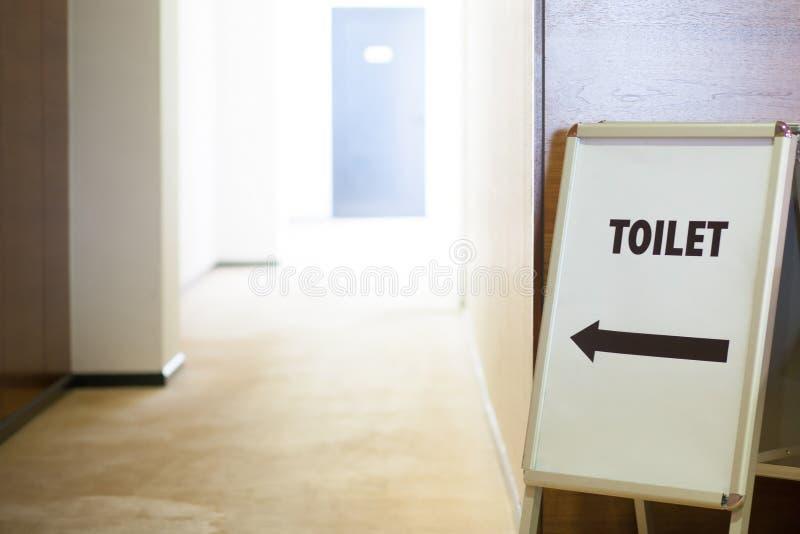Toalete em público que constrói fotografia de stock