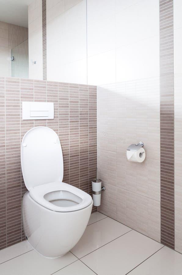 Toalete em um banheiro fotos de stock royalty free