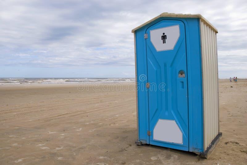 Toalete em uma praia imagens de stock royalty free