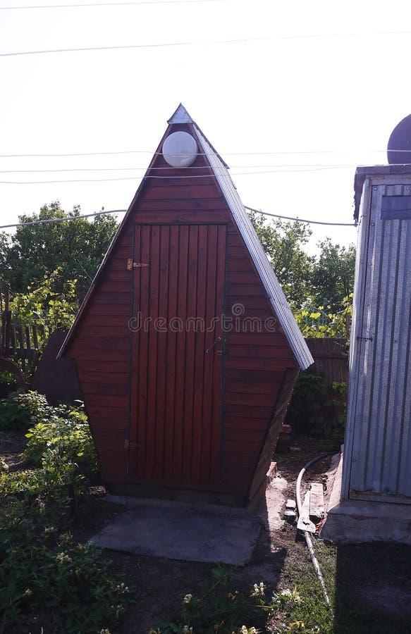 Toalete fora na vila Detalhes e close-up imagens de stock