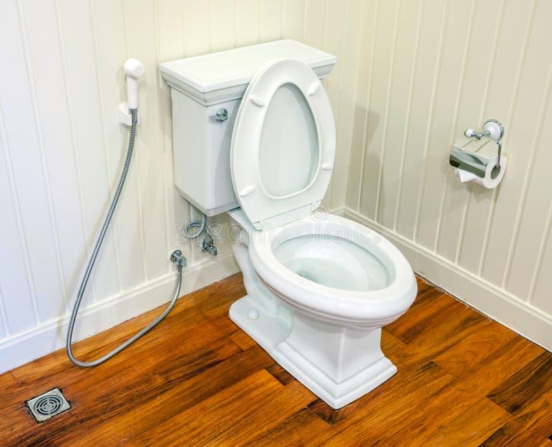 Toalete limpo, branco e estéril em um banheiro branco da parede imagem de stock royalty free