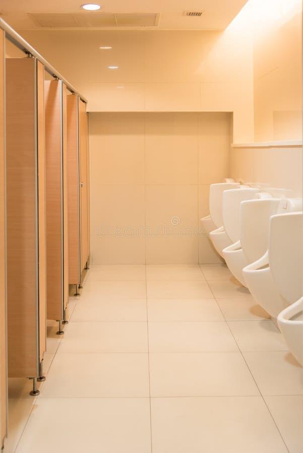 Toalete masculino branco moderno limpo público, toalete com mictórios, dentro fotos de stock royalty free