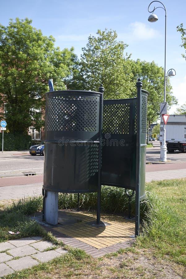 Toalete público dos homens exteriores dos mictórios imagem de stock